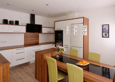 Kuchyně – Mikulčice materiál hruška, bílý lesk